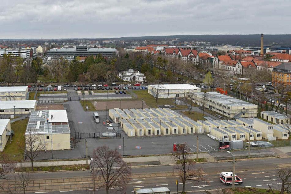 Das Containerdorf in Dresden-Johannstadt. Rechts hinten das Universitätsklinikum. Der Freistaat zahlte für die Container pro Monat zwischen 48400 Euro (Juni 2016) und 657800 Euro Miete (im Mai 2017). 2018 waren es pro Monat 131.270 Euro.