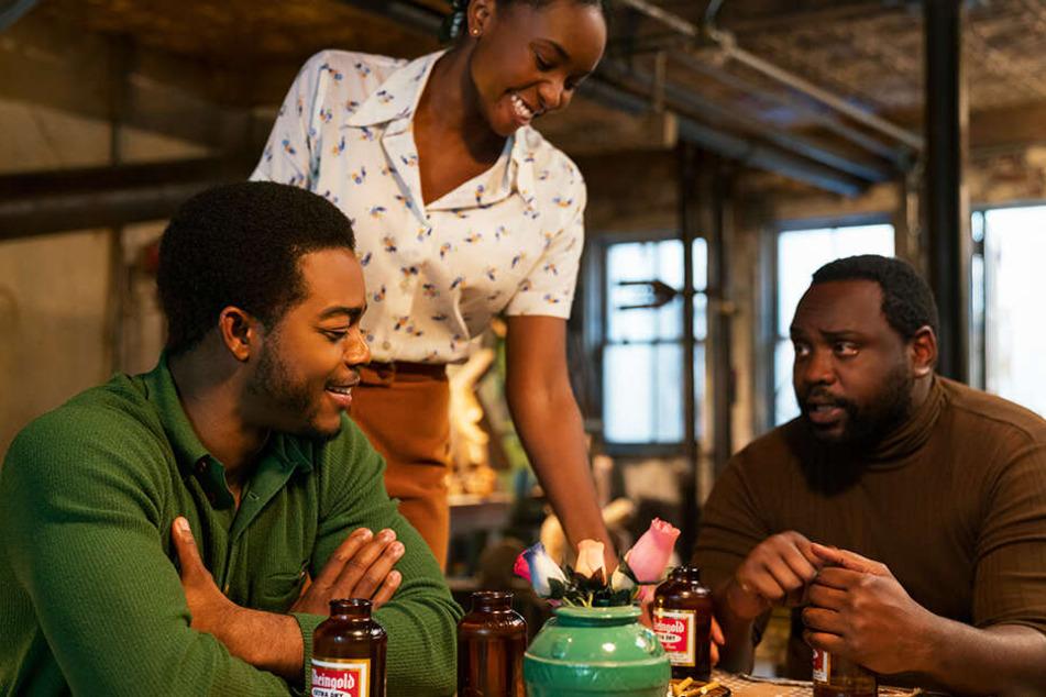 Fonny (l., Stephan James), Tish (M., Kiki Layne) und Danile Carty (Brian Tyree Henry) beim Essen und dem Austausch harter Lebenserfahrungen.