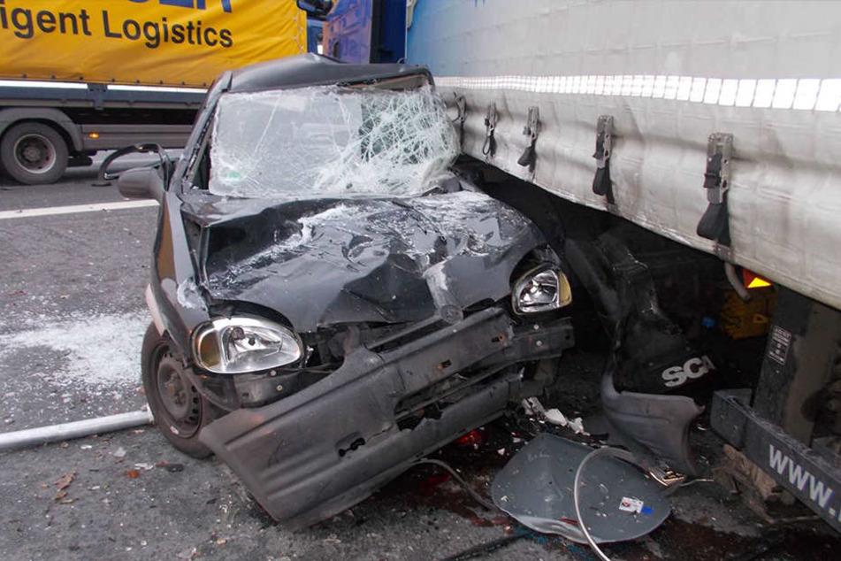 Der Opel Corsa wurde bei dem Unfall komplett zerstört, die junge Frau ist schwer verletzt.