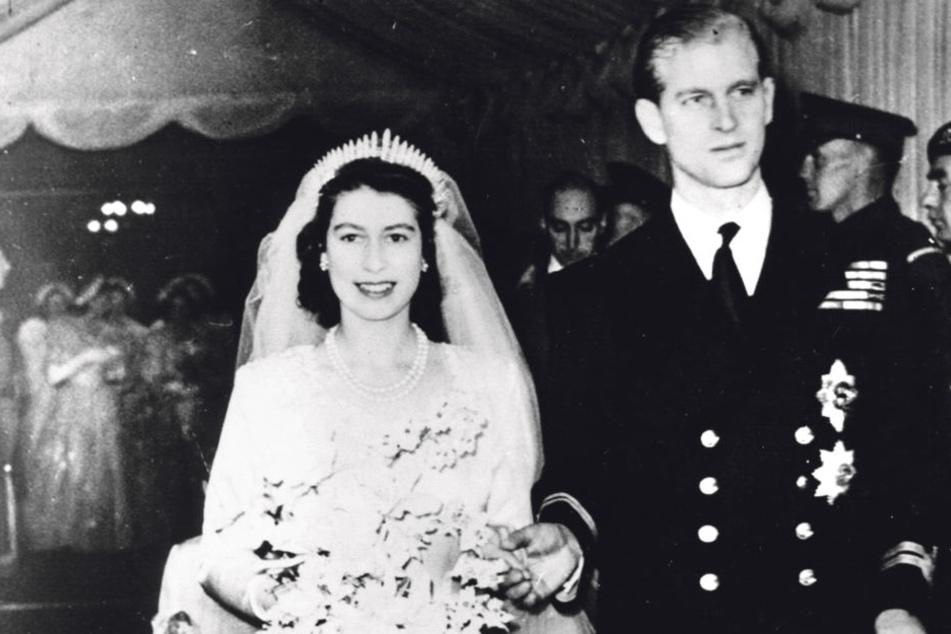 Die Braut trug ein Kleid des englischen Designers Sir Norman Hartnell. So kurz nach dem Krieg musste sie es mittels Kleidermarken bezahlen.