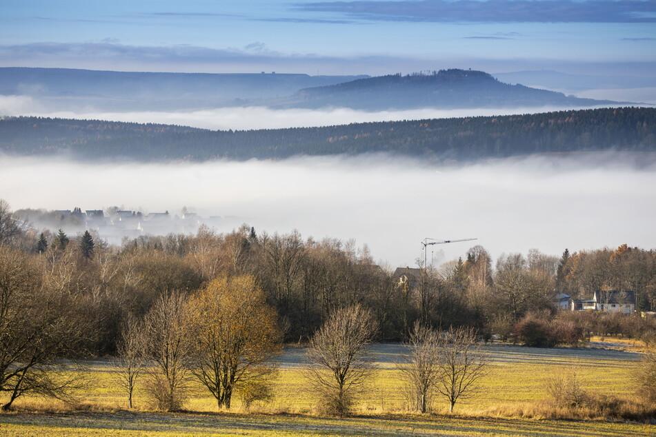 In den kalten Tälern des Erzgebirges hielt sich der Nebel, während auf den Bergen die Sonne strahlte.
