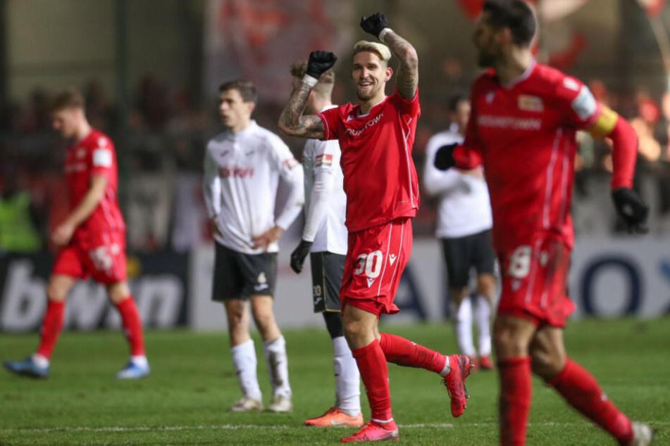 Union-Torschütze Robert Andrich (m) feiert seinen Treffer zum 0:1.