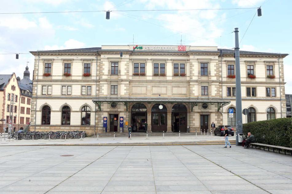 Nachdem sie am Chemnitzer Hauptbahnhof Reisende verbal belästigt hat, ist eine Frau am Montag festgenommen worden. (Symbolbild)