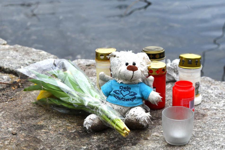 Kerzen und ein Plüschtier am Ufer des Pfingstbergweihers. Hier wurde am 12. Januar die Babyleiche entdeckt.