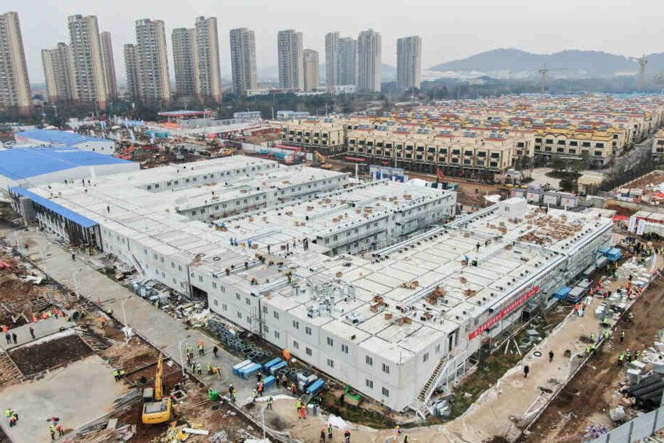 Im Kampf gegen das Corona-Virus hat China in weniger als zwei Wochen das erste von zwei Notkrankenhäusern gebaut.