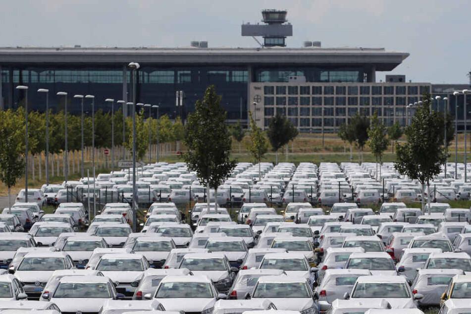 Nicht zugelassene Volkswagen stehen auf dem Parkplatz des Flughafen BER.