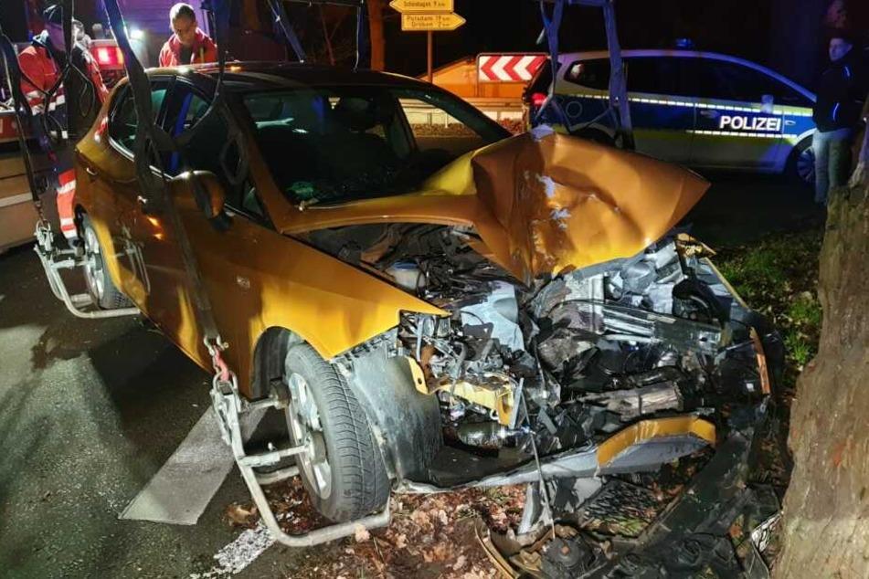 Ein Auto ist auf der Ortsverbindung zwischen Siethen und Jütchendorf gegen einen Baum gekracht.