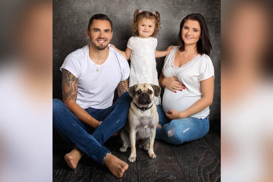 Familienglück bei den Testroets: Aue-Stürmer Pascal, Ehefrau Michelle und Töchterchen Emilia freuen sich auf Familienzuwachs. Auch Retro-Mops-Hündin Rosa kann es kaum erwarten.