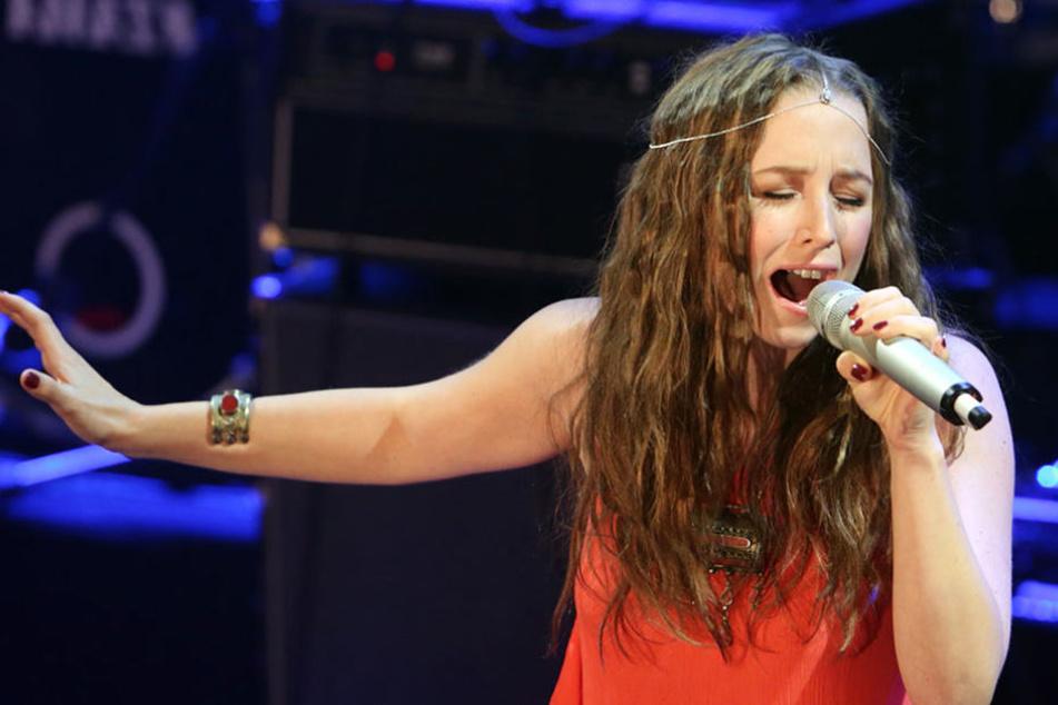 Die 27-Jährige Sängerin tritt trotz Schwangerschaft weiterhin auf.
