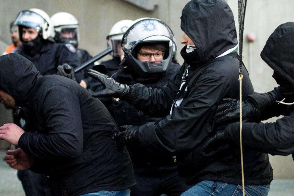 Die Polizei in Köln stellt sich im Heimspiel des FC gegen Dynamo Dresden auf ähnliche Szenen ein wie hier im Januar beim Bundesliga-Kick gegen Borussia Mönchengladbach.