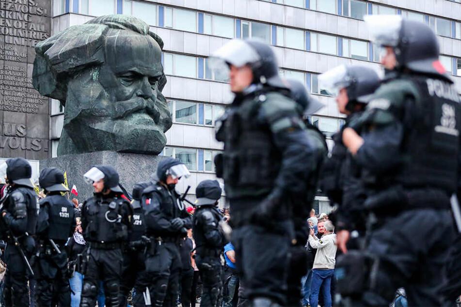 Chemnitz in der Zerreißprobe: 2018 musste die Polizei gewalttätige Demos stoppen.