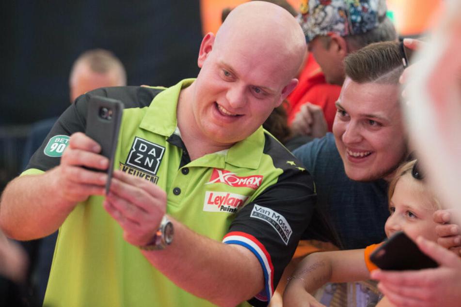 Dart-Weltmeister Michael van Gerwen mit Fans.