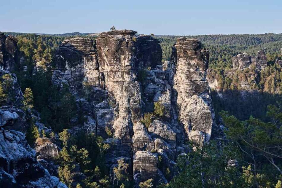 """Die Gansfelsen gegenüber der berühmten Basteibrücke, rechts, vorn der etwas abgesetzte Felsen ist der """"Vordere Gansfelsen""""."""