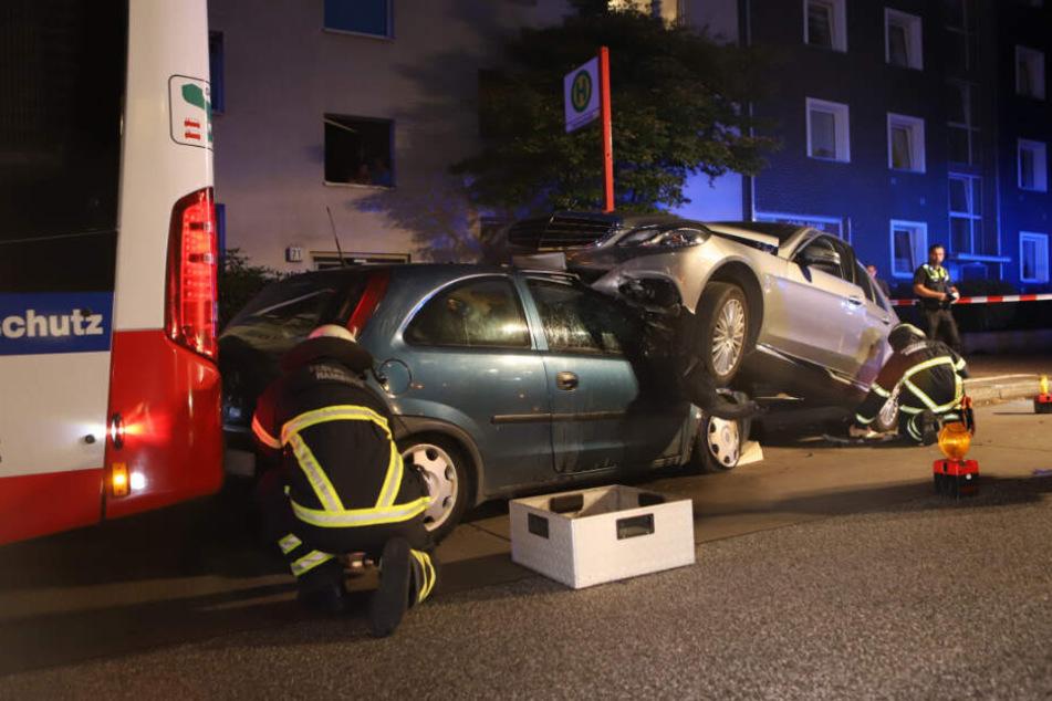 Die Feuerwehr sichert die Unfallstelle in Hamburg-Harburg.