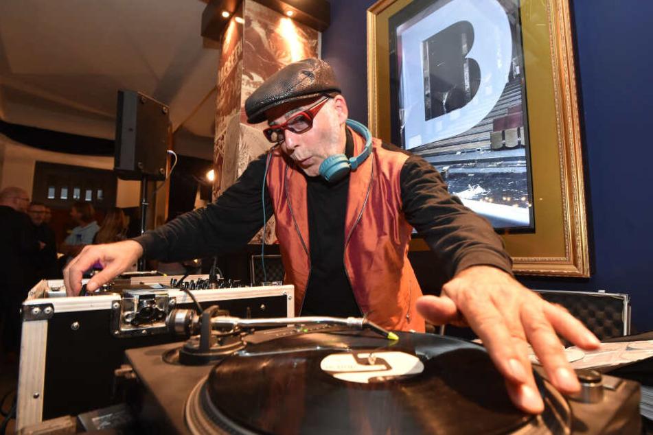 DJ Bongo legt bei der Mauerfall-Party im Ostteil des Parkhotels Hits aus den 80ern auf.