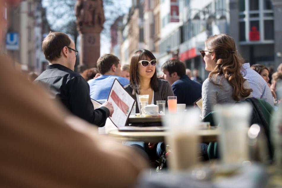 Für Straßencafés müssen Gastronomen tief in die Tasche greifen.