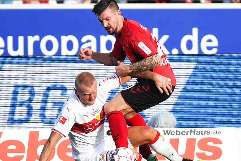 Freiburgs Torschütze zum 1:0, Jerôme Gondorf (r.), und Stuttgarts Andreas Beck (l.) kämpfen um den Ball.