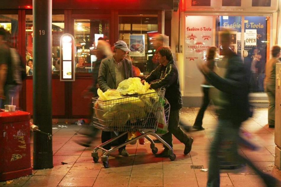 Flaschensammler schieben auf der Hamburger Reeperbahn einen Einkaufswagen voller Flaschen. Bis zu 40 Sammler sind an Wochenenden auf St. Pauli unterwegs. Es sind längst nicht mehr nur Obdachlose, die Flaschen sammeln.