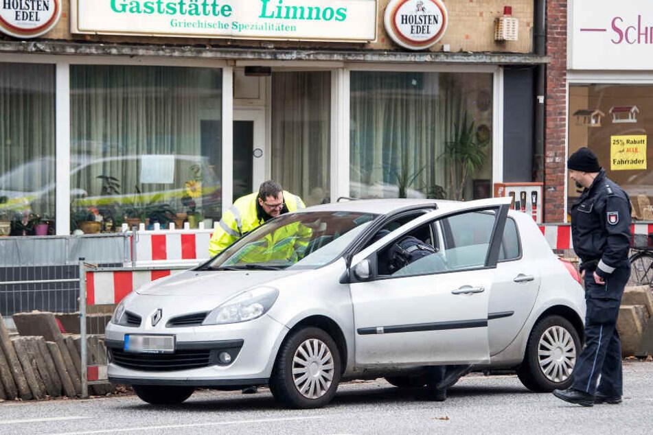 Die Polizei nimmt das Unfallauto unter die Lupe.
