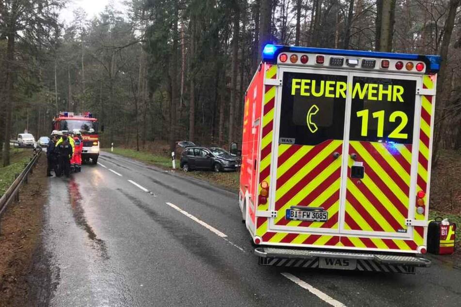 Rettungskräfte sperrten die Fahrbahn ab.