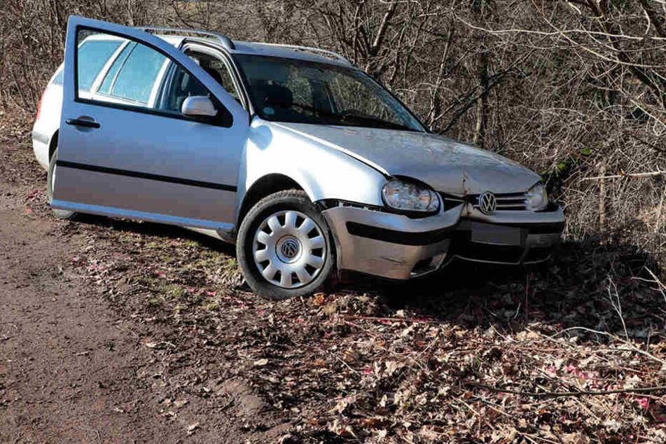 Der VW ist von der Fahrbahn abgekommen und in eine Baumgruppe gefahren.