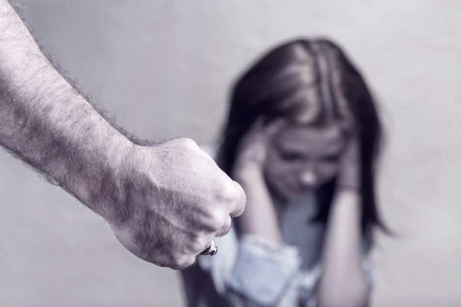 Ein zweiter Täter hatte einem Mädchen einen Faustschlag ins Gesicht verpasst. (Symbolbild)