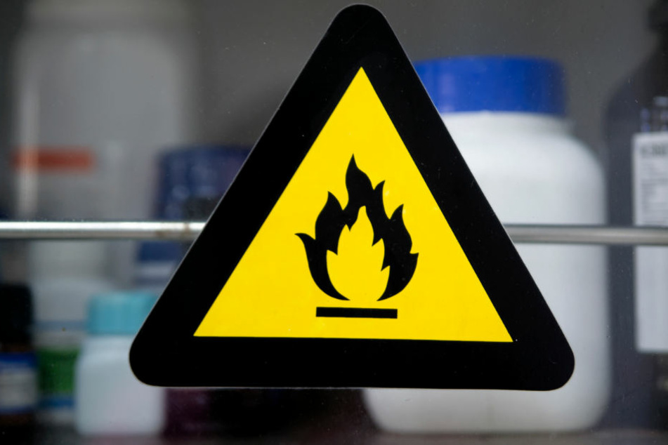 Mehrere Liter gefährliche Chemikalien fand man in der Wohnung des Studenten. (Symbolbild)