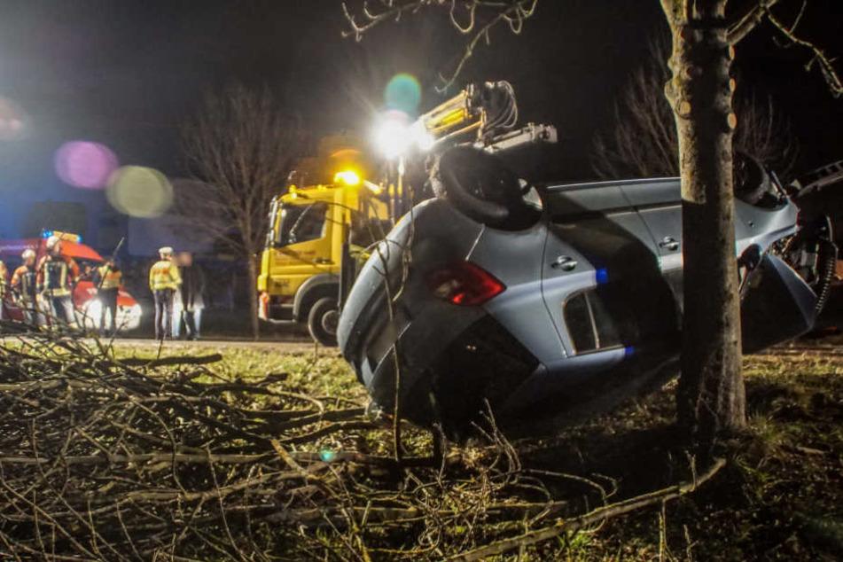 Skoda kracht gegen Baum: Motorblock fliegt davon