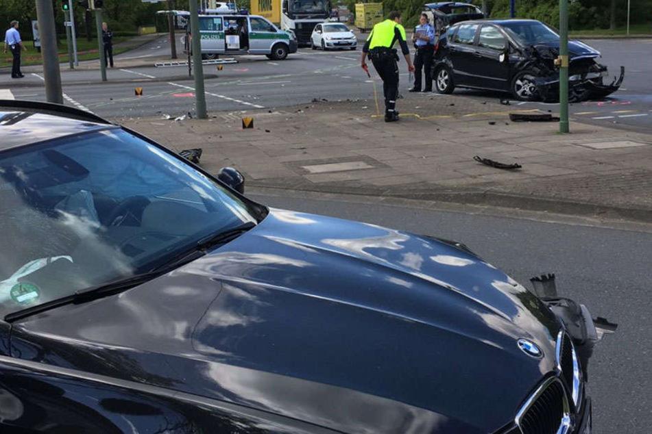 Während der Unfallaufnahme ist die große Kreuzung komplett gesperrt.