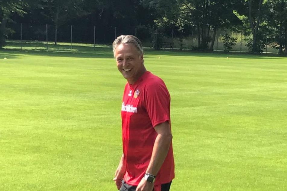 Trainer Uwe Neuhaus ist zum Auftakt bestens gelaunt.