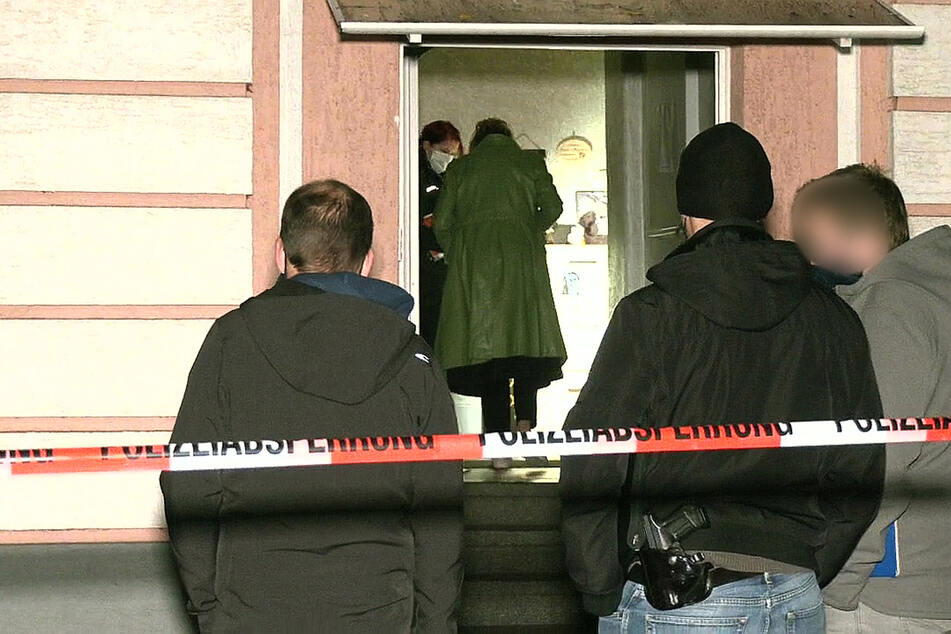 Ein Mann hat in Oberhausen vier Personen teils lebensgefährlich mit einer Stichwaffe verletzt.