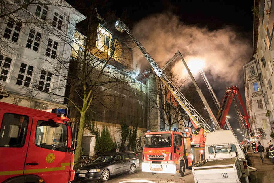 Brand im Musikbunker: Feuerwehr seit Stunden im Großeinsatz