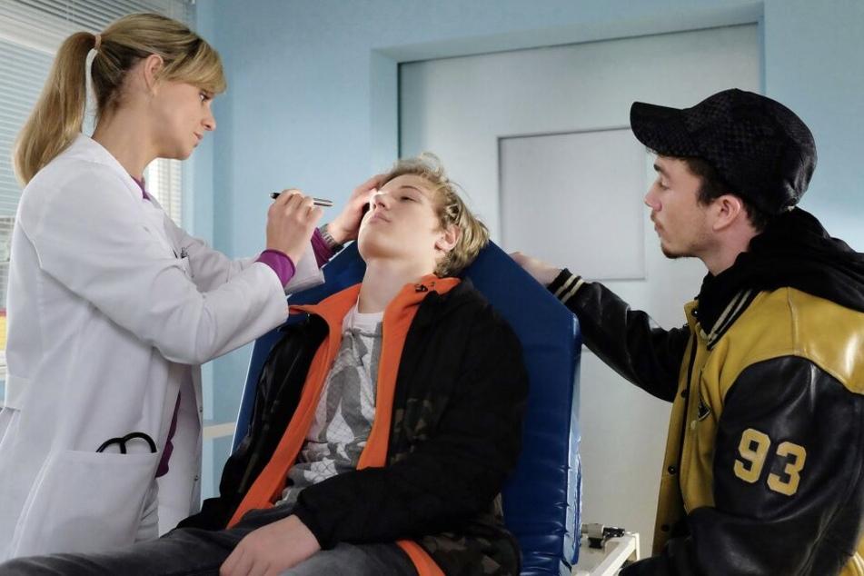 Lea Peters führt die Erkrankung zunächst auf Drogenkonsum zurück.