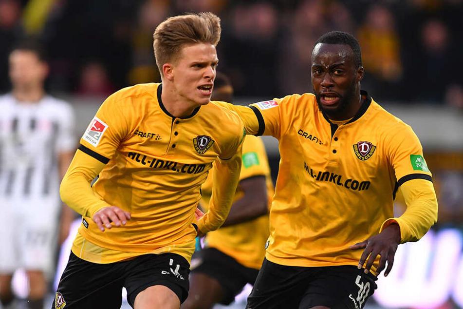 Dzenis Burnic (l.) bejubelt zusammen mit Erich Berko seinen so wichtigen Treffer gegen den FC St. Pauli.