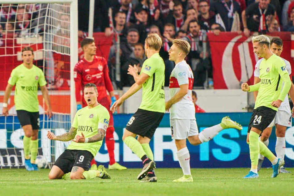Manuel Schäffler (am Boden) bejubelt in Stuttgart sein Siegtor zum 2:1. Den Wiesbadenern reichten beim VfB zwei Schüsse zu zwei Toren.