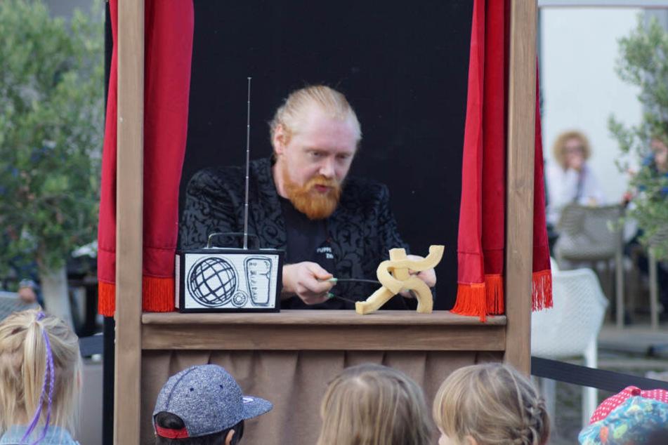 Calum MacAskill (34) will schon Einjährige fürs Puppentheater begeistern.