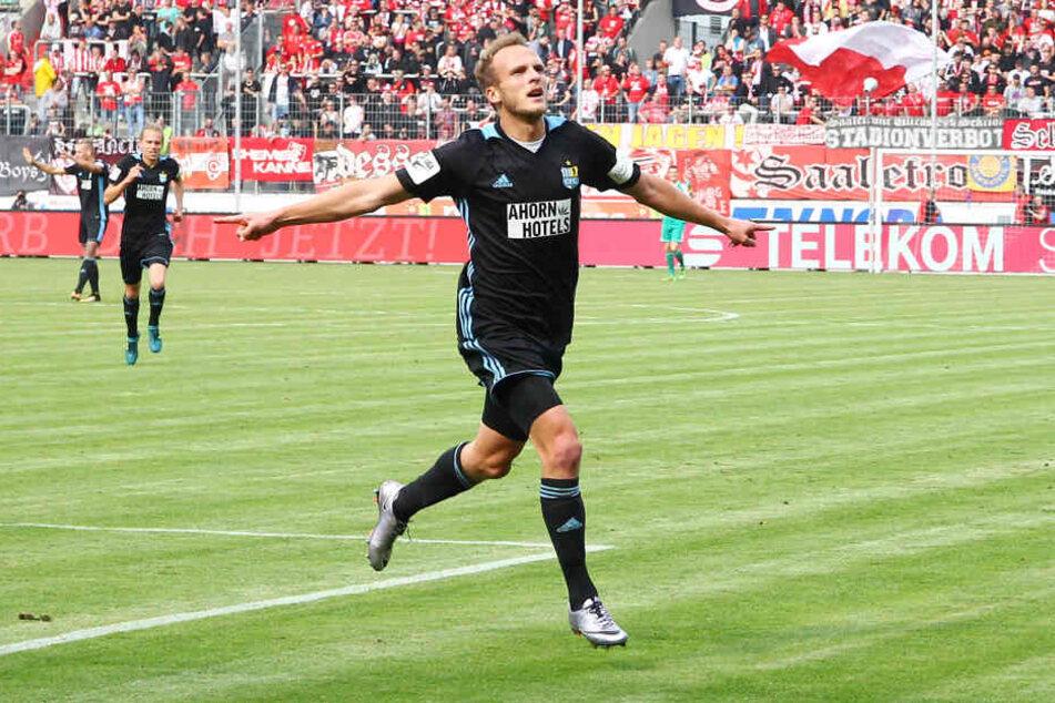 So jubelte Julius Reinhardt nach seinem Treffer zum 1:0 in Halle. Am Ende konnte der Routinier sogar einen Doppelpack beim 3:0-Sieg gegen den HFC feiern.