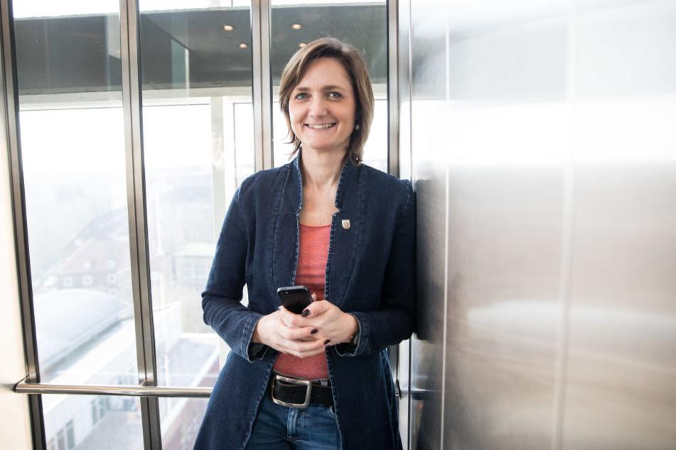 Plötzlich taucht noch eine Gegenkandidatin aus der dritten Reihe auf: die Flensburger Oberbürgermeisterin Simone Lange.