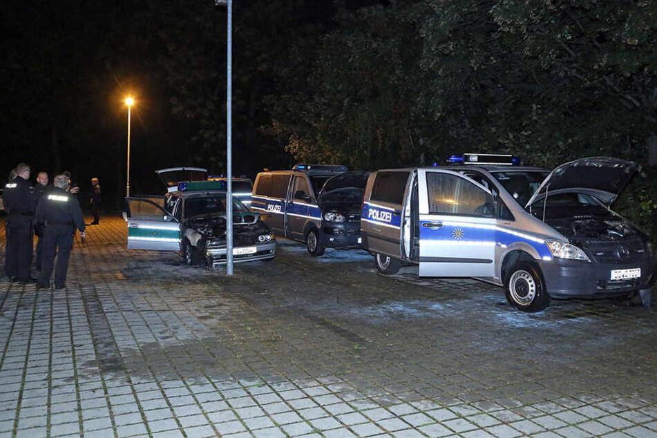 In der Nacht zum Sonntag haben Unbekannte drei Einsatzwagen der Polizei angezündet.