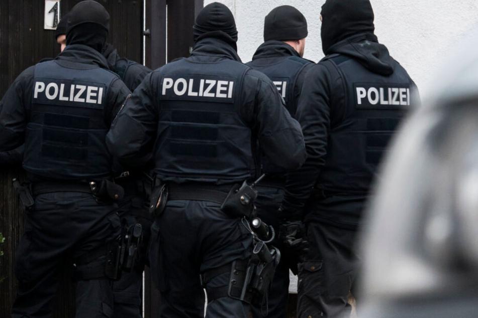 """Schlag gegen """"Combat 18"""": Das Foto zeigt Polizisten vor einem Haus in Erfurt-Vieselbach."""