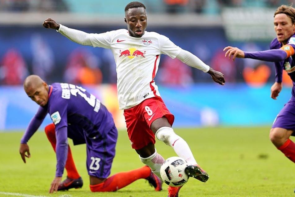 Leipzigs Naby Keita spielt den Gegnern (hier Bremens Gebre Selassie und Clemens Fritz) immer wieder Knoten in die Beine.