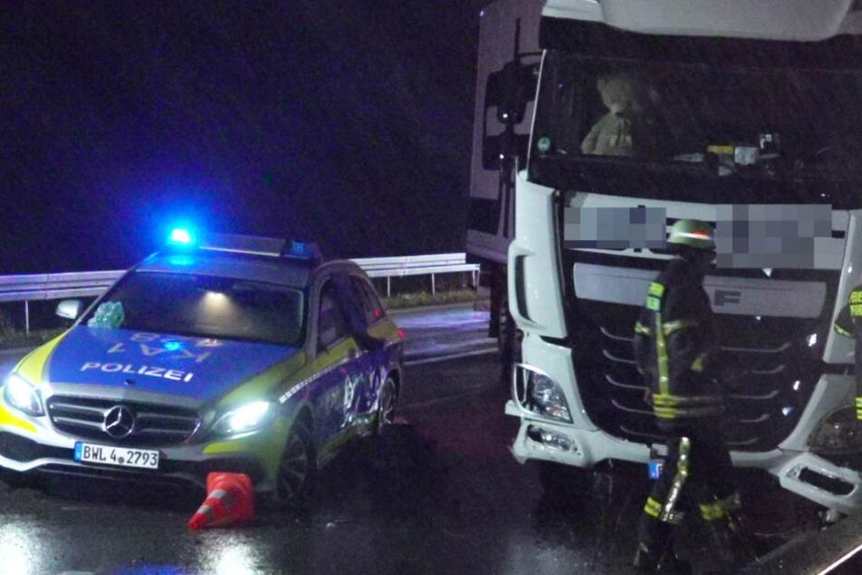 Ein Lkw krachte in ein Polizeiauto, das den Fahrstreifen abgesichert hatte. Dabei wurde eine Polizistin verletzt.