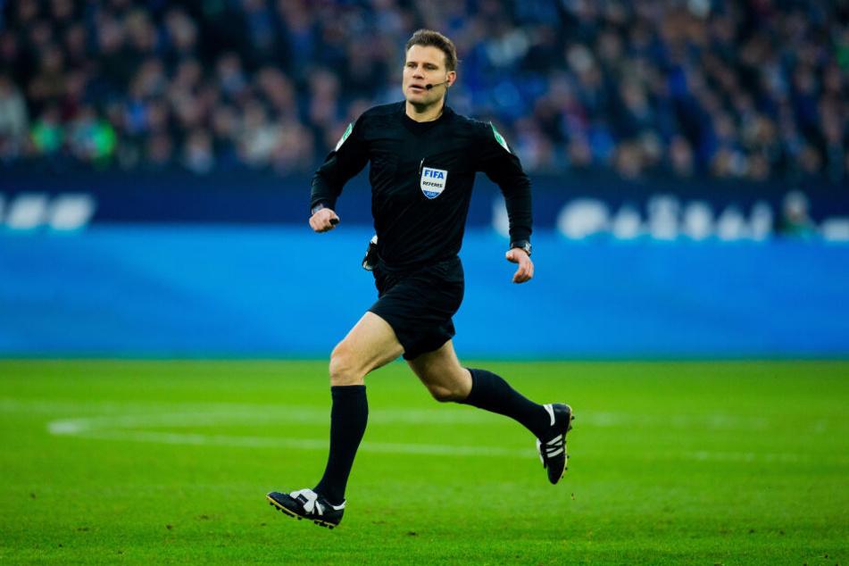 Schiedsrichter Felix Brych (44) läuft über das Spielfeld. (Archivbild)
