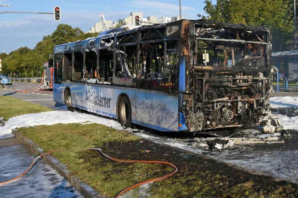 Der Bus brannte auf der Moosacher Straße in München komplett aus.