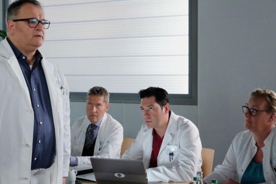 Hans-Peter Brenner (links) kämpft in der neuen Folge um die Behandlung seiner Mutter. Dabei trifft er jedoch auf Gegendwind seitens der Sachsenklinik-Ärzte.