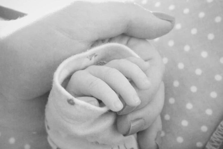 Senta-Sofia Delliponti zeigt auf Instagram zum ersten Mal ein kleines Detail ihrer Tochter.