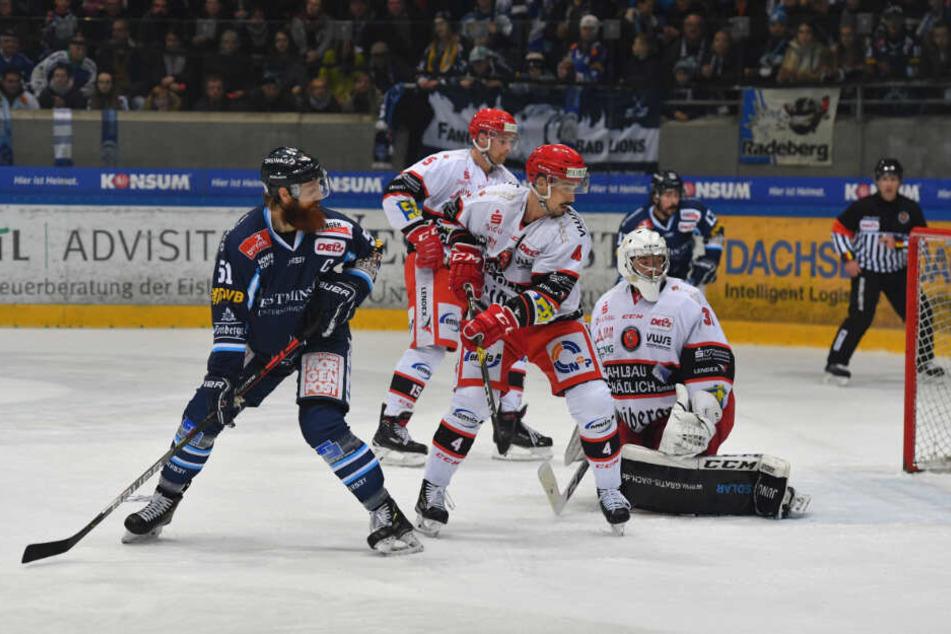 Eislöwen-Kapitän Thomas Pielmeier (l.) nimmt ETC-Goalie Michael Bitzer schön die Sicht und so fliegt der Puck nach dem Schuss von Alexander Dotzler (nicht im Bild) zum 3:1 ins Tor.