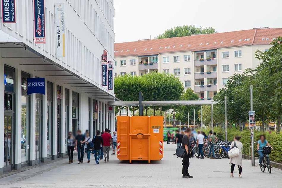 Die Zufahrt Am Wall ist bereits durch einen Container gesichert. Drei weitere werden am Freitag aufgestellt.