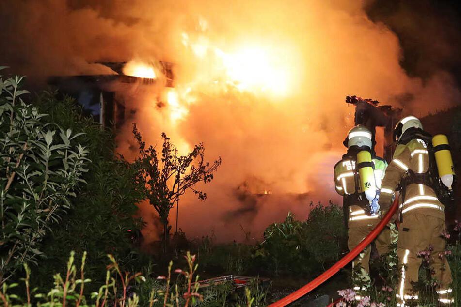 Sieben Gartenlauben standen lichterloh in Flammen. Vier brannten völlig nieder.