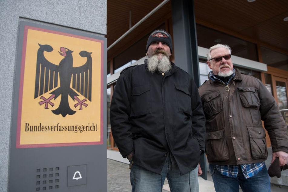 """Gemeinsam in Karlsruhe: """"Hupe"""" (links) vom Vorstand der Bandidos Gelsenkirchen und Lutz Schelhorn, Präsident der Hells Angels Stuttgart."""